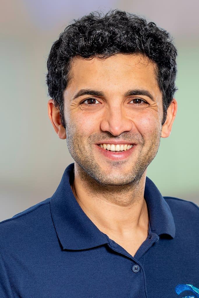 Dipl. Arzt Ali Sigaroudi in der Praxis im Quartier